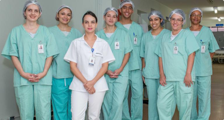 Equipe de bloco cirúrgico reunida.